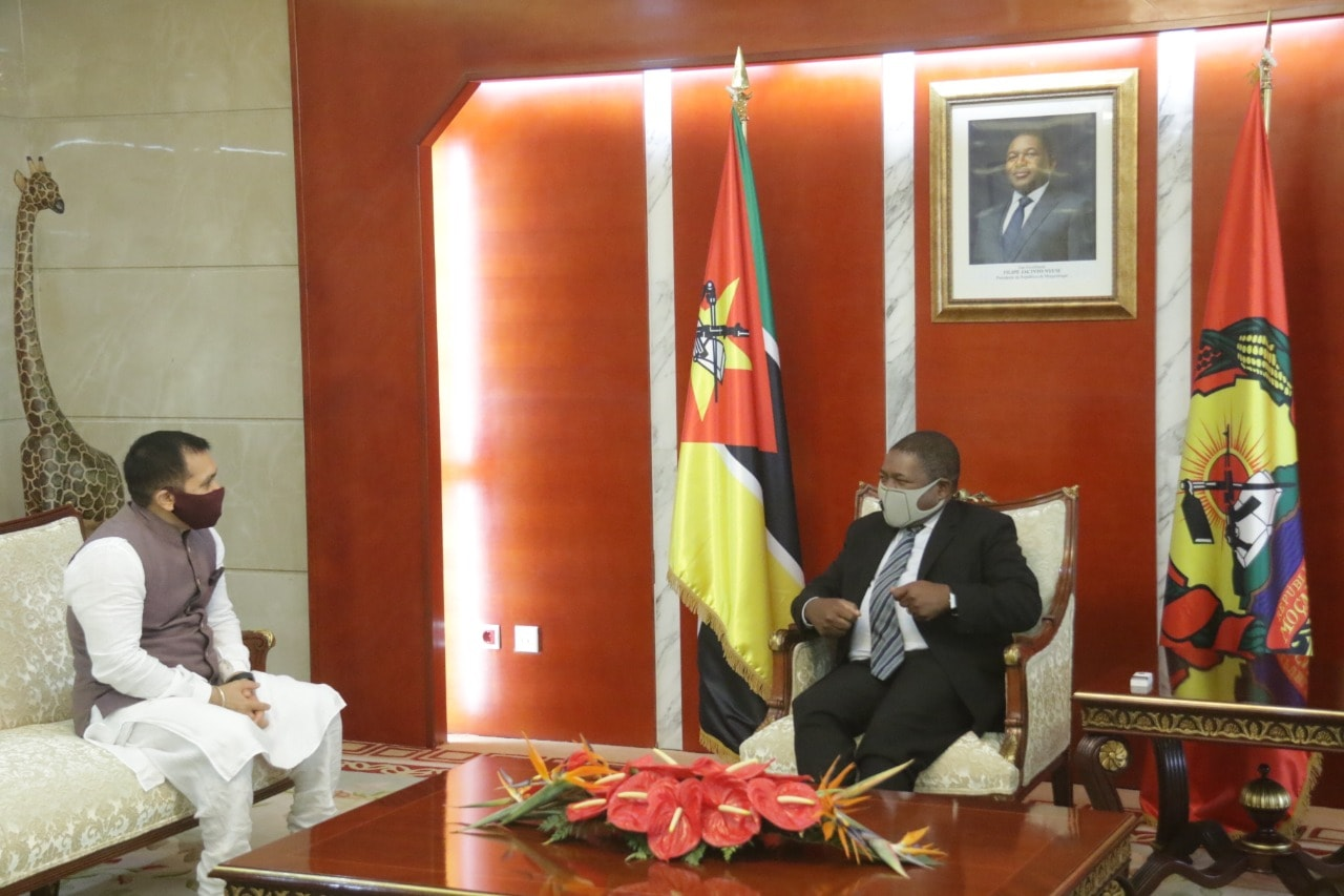 High Commissioner, Shri Rajeev Kumar, at the end of his Mission in Mozambique, said goodbye to the President of Mozambique, His Excellency Filipe Jacinto Nyusi.  On the occasion they discussed the full range of bilateral ties between the two countries.